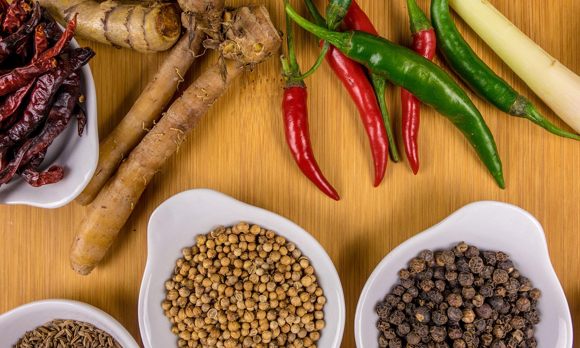 Bild mit Gewürzen und Zutaten für thailändisches Essen