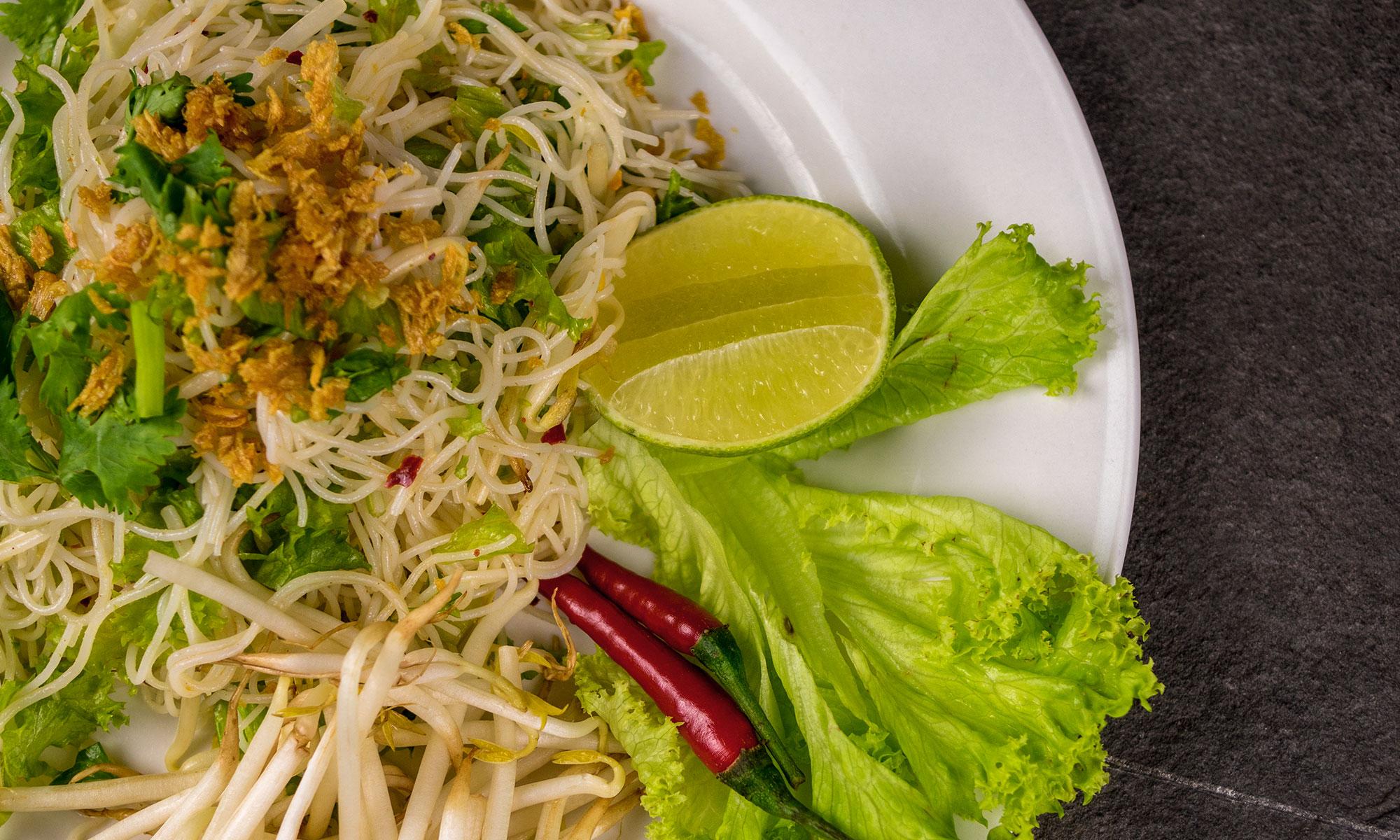 Bild mit einem Teller feinstem thailändischen Nudelsalat