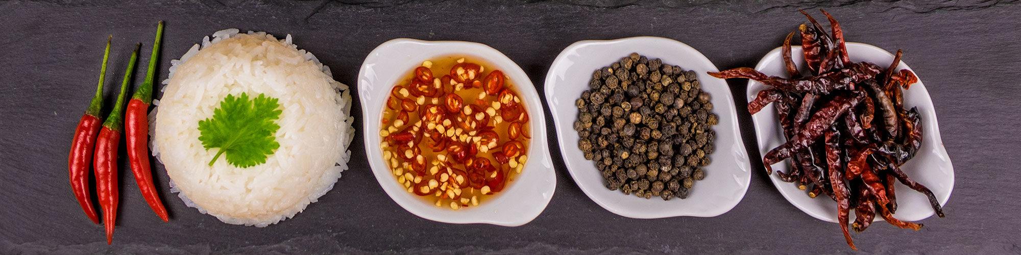 Bild mit Reis, Chilisoße und Gewürzen aus der thailändischen Küche